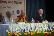 """Джордж Мэттью, Его Святейшество Далай-лама и Карл Гершман, президент """"Национального фонда развития демократии"""" отвечают на вопросы во время конференции """"Укреплении демократии в Азии"""" задает вопрос Его Святейшеству Далай-ламе. Дели, Индия. 23 марта 2015 г. Фото: Тензин Чойджор (офис ЕСДЛ)"""