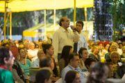 Один из слушателей задает вопрос Его Святейшеству Далай-ламе во время его лекции в клубе Джимкхана. Дели, Индия. 23 марта 2015 г. Фото: Тензин Чойджор (офис ЕСДЛ)