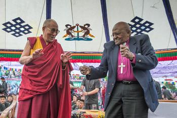 Далай-лама и архиепископ Туту встретились с учениками Тибетской детской деревни