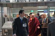 Его Святейшество Далай-лама выходит из аэропорта Саппоро. Саппоро, Япония. 3 апреля 2015 г. Фото: Джереми Рассел (офис ЕСДЛ)