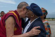 Его Святейшество Далай-лама и архиепископ Десмонд Туту обмениваются приветствиями в аэропорте Кангры. Дхарамсала, Индия. 18 апреля 2015 г. Фото: Тензин Чойджор (офис ЕСДЛ)