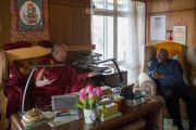 Его Святейшество Далай-лама и архиепископ Десмонд Туту в личном кабинете Его Святейшества. Дхарамсала, Индия. 20 апреля 2015 г. Фото: Тензин Чойджор (офис ЕСДЛ)