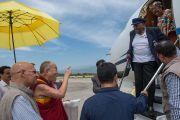 Его Святейшество Далай-лама приветствует архиепископа Десмонда Туту в аэропорте Кангры. Дхарамсала, Индия. 18 апреля 2015 г. Фото: Тензин Чойджор (офис ЕСДЛ)
