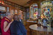 Его Святейшество Далай-лама показывает архиепископу Десмонду Туту алтарь в своей личной резиденции. Дхарамсала, Индия. 18 апреля 2015 г. Фото: Тензин Чойджор (офис ЕСДЛ)