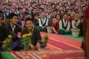 Ученики Тибетской детской деревни слушают Его Святейшество Далай-ламу. Дхарамсала, Индия. 23 апреля 2015 г. Фото: Тензин Чойджор (офис ЕСДЛ)