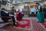 Юная тибетка взволнованно рассказывает архиепископу Туту и Его Святейшеству Далай-ламе о своем пути из Тибета в Индию во время их посещения Тибетской детской деревни. Дхарамсала, Индия. 23 апреля 2015 г. Фото: Тензин Чойджор (офис ЕСДЛ)