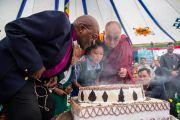 Архиепископ Туту, двое учеников Тибетской детской деревни и Его Святейшество Далай-лама задувают свечи на торте в честь 80-летия тибетского духовного лидера. Дхарамсала, Индия. 23 апреля 2015 г. Фото: Тензин Чойджор (офис ЕСДЛ)