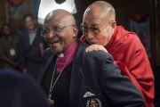 Его Святейшество Далай-лама и архиепископ Туту перед началом третьего дня их диалогов для книги о радости в резиденции Далай-ламы. Дхарамсала, Индия. 22 апреля 2015 г. Фото: Тензин Чойджор (офис ЕСДЛ)
