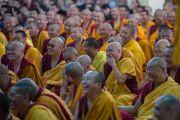 Некоторые из более 5000 человек, собравшихся на учения Его Святейшества Далай-ламы в тантрическом монастыре-университете Гьюто. Сидбхари, Химачал-Прадеш, Индия. 10 мая 2015 г. Фото: Тензин Чойджор (офис ЕСДЛ)