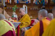 Его Святейшество Далай-лама проводит подготовительные ритуалы в начале второго дня учений в тантрическом монастыре-университете Гьюто. Сидбхари, Химачал-Прадеш, Индия. 11 мая 2015 г. Фото: Тензин Чойджор (офис ЕСДЛ)