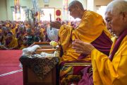 Бывший калон-трипа профессор Самдонг Ринпоче (справа) и Шарпа Чойдже Лобсанг Тензин Ринпоче во время подготовки к посвящению Гухьясамаджи, которое даровал Его Святейшество Далай-лама на второй день учений в тантрическом монастыре-университете Гьюто. Сидбхари, Химачал-Прадеш, Индия. 11 мая 2015 г. Фото: Тензин Чойджор (офис ЕСДЛ)