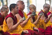 Монахи читают молитвы, в то время как Его Святейшество Далай-лама проводит подготовительные ритуалы в начале второго дня учений в тантрическом монастыре-университете Гьюто. Сидбхари, Химачал-Прадеш, Индия. 11 мая 2015 г. Фото: Тензин Чойджор (офис ЕСДЛ)