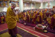 Его Святейшество Далай-лама приветствует собравшихся в начале второго дня четырехдневных учений в тантрическом монастыре-университете Гьюто. Сидбхари, Химачал-Прадеш, Индия. 11 мая 2015 г. Фото: Тензин Чойджор (офис ЕСДЛ)