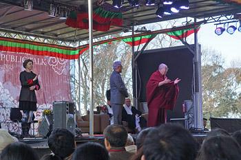 Далай-лама продолжил учения в Леуре и прочел публичную лекцию в Голубых горах