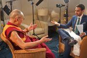 """Его Святейшество Далай-лама дает интервью Валиду Али с телеканала """"Network 10"""". Сидней, Австралия. Фото: Джереми Рассел (офис ЕСДЛ)"""