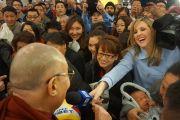 В сиднейском аэропорту журналистка старается пробиться через толпу, чтобы задать вопрос Его Святейшеству Далай-ламе. Сидней, Австралия. Фото: Джереми Рассел (офис ЕСДЛ)