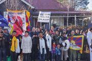 Сторонники Его Святейшества Далай-ламы выстроились вдоль дороги, по которой он уезжал из Катумбы, чтобы выразить ему свою поддержку Голубые горы, штат Новый Южный Уэльс, Австралия. 8 июня 2015 г. Фото: Джереми Рассел (офис ЕСДЛ)