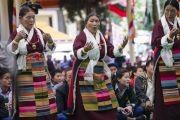 Тибетские женщины исполняют песню на празднике в честь 80-летия Его Святейшества Далай-ламы. Дхарамсала, Индия. 21 июня 2015 г. Фото: Тензин Чойджор (офис ЕСДЛ)