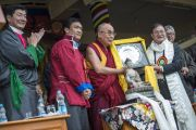 Главный министр штата Аруначал-Прадеш Набам Туки преподносит Его Святейшеству Далай-ламе статую Будды на празднике в честь его 80-летия. Дхарамсала, Индия. 21 июня 2015 г. Фото: Тензин Чойджор (офис ЕСДЛ)