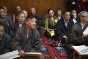 Члены Центральной тибетской администрации и почетные гости на церемонии подношения пуджи долгой жизни Его Святейшеству Далай-ламе по случаю его 80-летия. Дхарамсала, Индия. 21 июня 2015 г. Фото: Тензин Чойджор (офис ЕСДЛ)