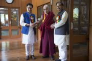Его Святейшество Далай-лама, Махеш Шарма, министр культуры и туризма и Кирен Риджиджу, министр внутренних дел в резиденции Его Святейшества.  Дхарамсала, Индия. 21 июня 2015 г. Фото: Тензин Чойджор (офис ЕСДЛ)