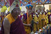 Сакья Дактри Ринпоче, Менри Кхен Ринпоче, Его Святейшество Кармапа, Дрикунг Чецанг Ринпоче и Таглунг Шабдрунг Ринпоче стоя встречают Его Святейшество Далай-ламу в главном тибетском храме. Дхарамсала, Индия. 21 июня 2015 г. Фото: Тензин Чойджор (офис ЕСДЛ)