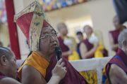 Сакья Дактри Ринпоче читает молитву во время подношения пуджи долгой жизни Его Святейшеству Далай-ламе по случаю его 80-летия. Дхарамсала, Индия. 21 июня 2015 г. Фото: Тензин Чойджор (офис ЕСДЛ)