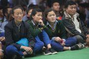 Тибетские школьники наблюдают за выступлениями на празднике в честь 80-летия Его Святейшества Далай-ламы. Дхарамсала, Индия. 21 июня 2015 г. Фото: Тензин Чойджор (офис ЕСДЛ)