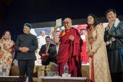 Его Святейшество Далай-лама представляет собравшимся диск с документальным фильмом о главном министре штата Химачал-Прадеш Вирбхадре Сингхе в Тибетской детской деревне. Дхарамсала, Индия. 22 июня 2015 г. Фото: Тензин Чойджор (офис ЕСДЛ)