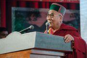 Его Святейшество Далай-лама в традиционном головном уборе штата Химачал-Прадеш выступает с речью в Тибетской детской деревне. Дхарамсала, Индия. 22 июня 2015 г. Фото: Тензин Чойджор (офис ЕСДЛ)