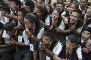 Юные тибетцы почтительно приветствуют Его Святейшество Далай-ламу в Тибетской детской деревне. Дхарамсала, Индия. 22 июня 2015 г. Фото: Тензин Чойджор (офис ЕСДЛ)