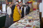 Его Святейшество Далай-лама знакомится с выставкой тибетских книг в главном тибетском храме. Дхарамсала, Индия. 22 июня 2015 г. Фото: Тензин Чойджор (офис ЕСДЛ)
