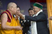 Главный министр штата Химачал-Прадеш Вирбхадра Сингх угощает Его Святейшество праздничным тортом во время торжеств по случаю 80-летия тибетского духовного лидера. Дхарамсала, Индия. 22 июня 2015 г. Фото: Тензин Чойджор (офис ЕСДЛ)