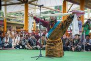 Молодой тибетский поэт опустился на колени в знак уважения после того, как прочитал свое стихотворение на праздновании 80-летия Его Святейшества Далай-ламы. Дхарамсала, Индия. 22 июня 2015 г. Фото: Тензин Чойджор (офис ЕСДЛ)