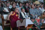 Его Святейшество Далай-лама смотрит документальный фильм о главном министре штата Химачал-Прадеш в Тибетской детской деревне. Дхарамсала, Индия. 22 июня 2015 г. Фото: Тензин Чойджор (офис ЕСДЛ)