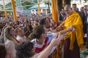 Его Святейшество Далай-лама здоровается с группой студентов из США, приехавших на празднование его 80-летия. Дхарамсала, Индия. 22 июня 2015 г. Фото: Тензин Чойджор (офис ЕСДЛ)