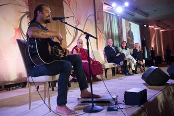 Далай-лама принял участие в беседе о важности образования и встретился с тибетцами