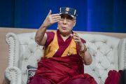 """Его Святейшество Далай-лама выступает на заключительной сессии саммита """"Глобальное сострадание"""". Ирвайн, штат Калифорния, США. 7 июля 2015 г. Фото: Тензин Чойджор (офис ЕСДЛ)"""