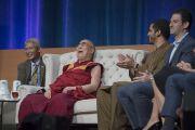 """Его Святейшество Далай-лама во время заключительной сессии саммита """"Глобальное сострадание"""". Ирвайн, штат Калифорния, США. 7 июля 2015 г. Фото: Тензин Чойджор (офис ЕСДЛ)"""