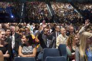 Зрители в зале поднимают руки в ответ на вопрос Его Святейшества Далай-ламы. Ирвайн, штат Калифорния, США. 7 июля 2015 г. Фото: Тензин Чойджор (офис ЕСДЛ)