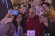 Участники официального обеда фотографируются с Его Святейшеством Далай-ламой. Ирвайн, штат Калифорния, США. 7 июля 2015 г. Фото: Тензин Чойджор (офис ЕСДЛ)