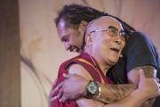 Его Святейшество Далай-лама и певец Майкл Франти. Ирвайн, штат Калифорния, США. 7 июля 2015 г. Фото: Тензин Чойджор (офис ЕСДЛ)