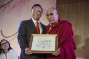Мэр Ирвайна Стивен Чой вручает Его Святейшеству Далай-ламе грамоту от города в ознаменование его визита. Ирвайн, штат Калифорния, США. 7 июля 2015 г. Фото: Тензин Чойджор (офис ЕСДЛ)