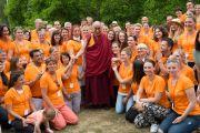 Его Святейшество Далай-лама фотографируется с волонтерами после своей лекции в висбаденском Курпарке. Висбаден, Гессен, Германия. 12 июля 2015 г. Фото: Мануэль Бауэр