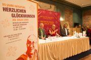 Его Святейшество Далай-лама беседует с журналистами. Висбаден, Гессен, Германия. 12 июля 2015 г. Фото: Мануэль Бауэр