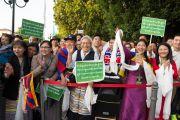 Тибетцы, живущие в Висбадене, встречают Его Святейшество Далай-ламу у гостиницы. Гессен, Германия. 12 июля 2015 г. Фото: Мануэль Бауэр