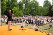 Бывший премьер-министр Роланд Кох произносит вступительную речь перед лекцией Его Святейшества Далай-ламы. Висбаден, Гессен, Германия. 12 июля 2015 г. Фото: Мануэль Бауэр