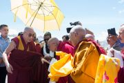 Гаден Трипа Ризонг Ринпоче встречает Его Святейшество Далай-ламу в аэропорту Ле. Ладак, штат Джамму и Кашмир, Индия. 27 июля 2015 г. Фото: Тензин Чойджор (офис ЕСДЛ)