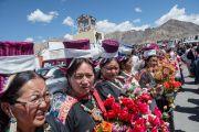 Местные тибетцы и ладакцы собрались вдоль дороги из аэропорта в монастырь Спитук, чтобы поприветствовать Его Святейшество Далай-ламу. Ле, Ладак, штат Джамму и Кашмир, Индия. 27 июля 2015 г. Фото: Тензин Чойджор (офис ЕСДЛ)