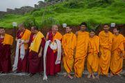 Тибетские монахи и ученики Свами Гуру Шарананд-джи ожидают прибытия Его Святейшества Далай-ламы. Тримбакешвар, штат Махараштра, Индия. 30 августа 2015 г. Фото: Тензин Чойджор (офис ЕСДЛ)